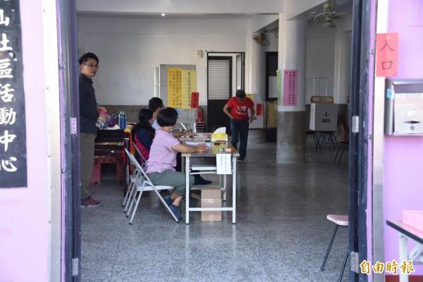 投票所內選務人員正在等待選民到場。(記者葉永騫攝)