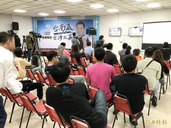 國民黨台南市長候選人高思博支持者湧入競選總部關心選情。(記者吳俊鋒攝)