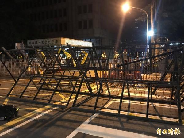 警方連夜架設拒馬,防止選民不滿投票結果暴衝。(記者彭琬馨攝)