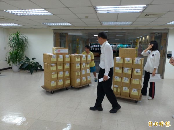 台北市各行政區選務人員陸續將投完的選票,送回信義區的北市選舉委員會放置。(記者蔡亞樺攝)