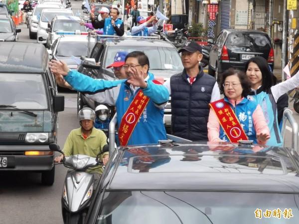 國民黨楊文科順利當選新竹縣長,今早偕同夫人甘秀美在團隊、竹北市民代表當選人戴佩如等陪同下,自竹北競選總部出發,車隊掃街銘謝賜票。 (記者廖雪茹攝)