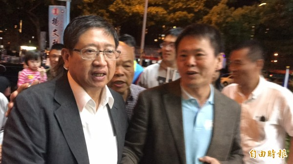 新竹縣長當選人楊文科(左)是政界新生,在國民黨內沒有自己的人馬,他的當選,讓不少厭惡地方政黨派系惡鬥的鄉親期待會是新竹縣政界一個新時代的開始。(記者黃美珠攝)