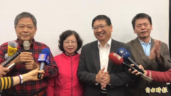 新竹縣長當選人楊文科(右2)是政界新生,在國民黨內沒有自己的人馬,他的當選,讓不少厭惡地方政黨派系惡鬥的鄉親期待會是新竹縣政界一個新時代的開始。(記者黃美珠攝)