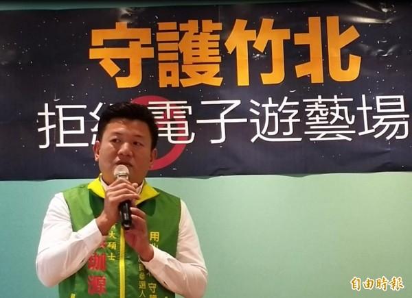 民進黨提名的新人張珈源和連任成功的吳傳地,為民進黨在新竹縣議會保住兩席。(記者廖雪茹攝)