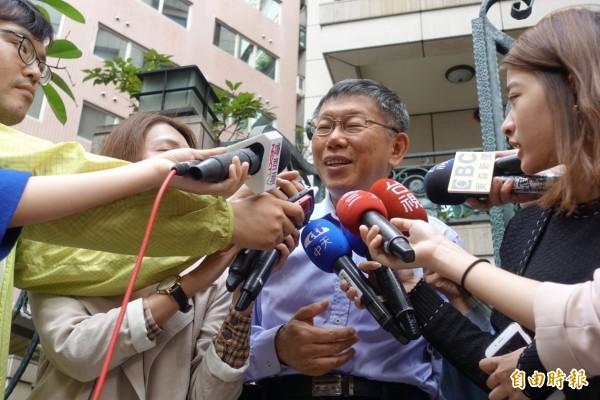 台北市長柯文哲下午受訪談到自己連任選情,他笑說沒有被韓流滅頂已經很厲害。(記者沈佩瑤攝)