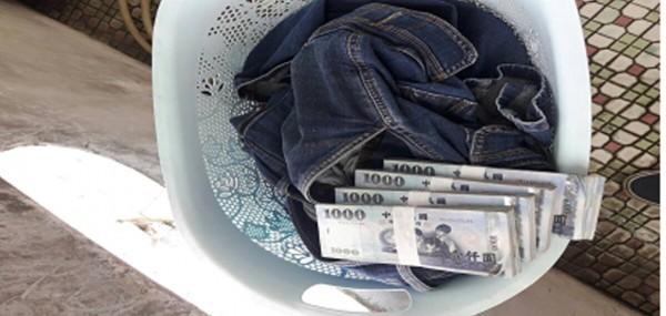 行賄現金藏放洗衣籃牛仔褲袋內,專案小組眼尖起獲。(記者陳賢義翻攝)