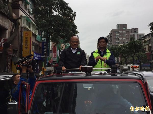 站上吉普車的蘇貞昌向市民朋友和支持者沿路道謝、「歹勢」,也有經過的市民替他加油打氣。(記者邱書昱攝)