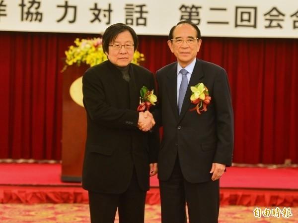台日關係協會會長邱義仁(左)與日本在台關係協會會長大橋光夫(右)在「第二屆台日海洋事務合作對話會議」握手致意。(資料照)
