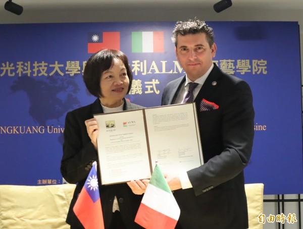 弘光科大校長黃月桂和ALMA廚藝學院總經理安德列(Andrea Sinigaglia)簽訂合作協議書。(記者歐素美攝)