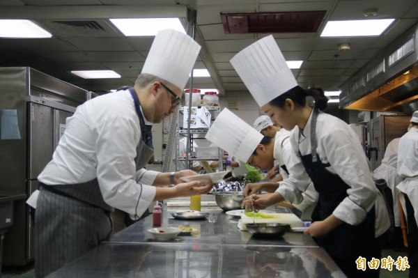 弘光義大利老師艾伯特(左一),教授前往義大利實習學生餐飲技術。(記者歐素美攝)