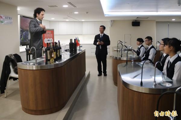 弘光科大品酒教室啟用,ALMA義大利籍品酒師Ciro Fontanesi (左)與弘光品酒老師廖國智教授品酒。(記者歐素美攝)