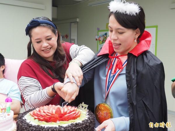 今天是郭婞淳生日,與母親(左)一同切生日蛋糕。(記者王秀亭攝)