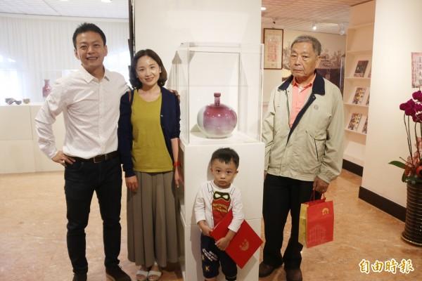 陶藝家黃嘉男(左一)創作「鈞窯瓶」紀念母親。(記者張軒哲攝)