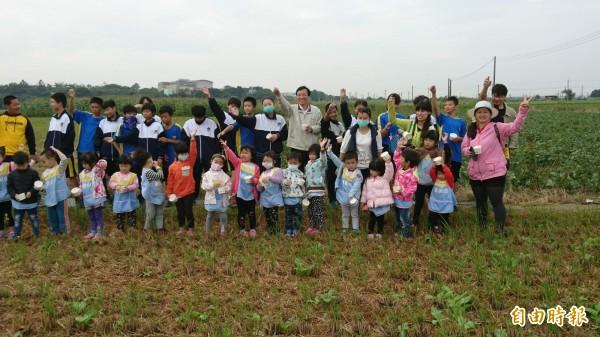 無米樂社區種蘿蔔做公益,菁寮國中、國小學子在田地撒下希望種子。(記者王涵平攝)