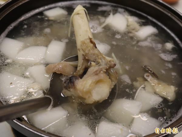 豐光北京涮羊肉湯底是用羊大骨及三層肉熬煮3至4小時而成。(記者歐素美攝)