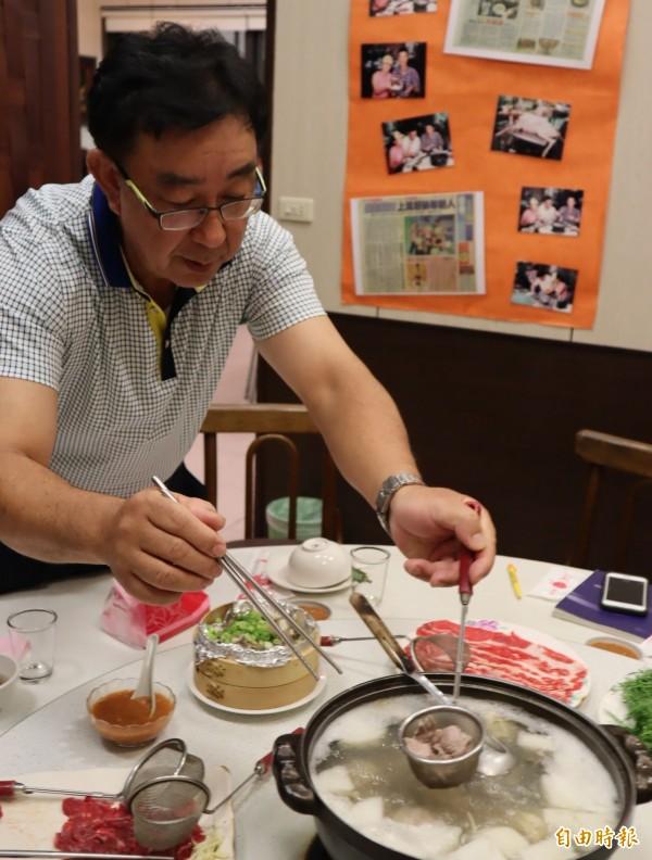 張集光說,涮羊肉時要用筷子快速將羊肉拌開,肉色變了就可吃,才不會太柴。(記者歐素美攝)