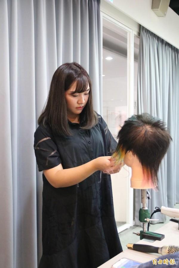 弘光科大美髮系蕭心瑜克服貧困,努力奪兩獎。(記者張軒哲攝)