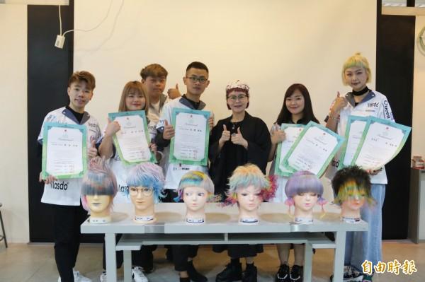 弘光科大美髮系學生參加日本SPC萬人美容美髮競,奪5金、3優秀賞 。(記者張軒哲攝)