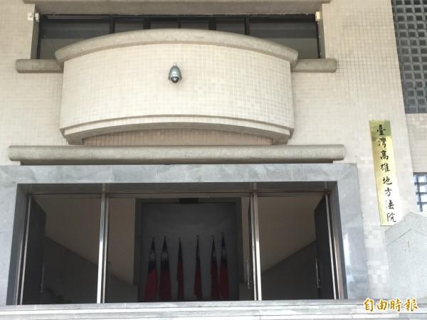 高雄縣市合併後,洪姓公務員的官銜由主任變專員,但名片職稱未改,被送辦還判刑。(記者黃良傑攝)