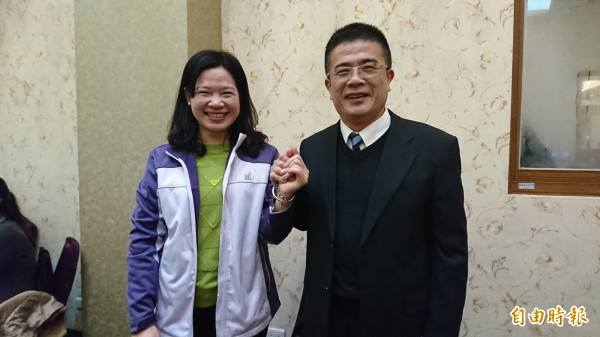 鹿港鎮長黃振彥(右)在妻子楊妙月(左)當選縣議員後,明確表達有意願投入立委補選。(記者劉曉欣攝)