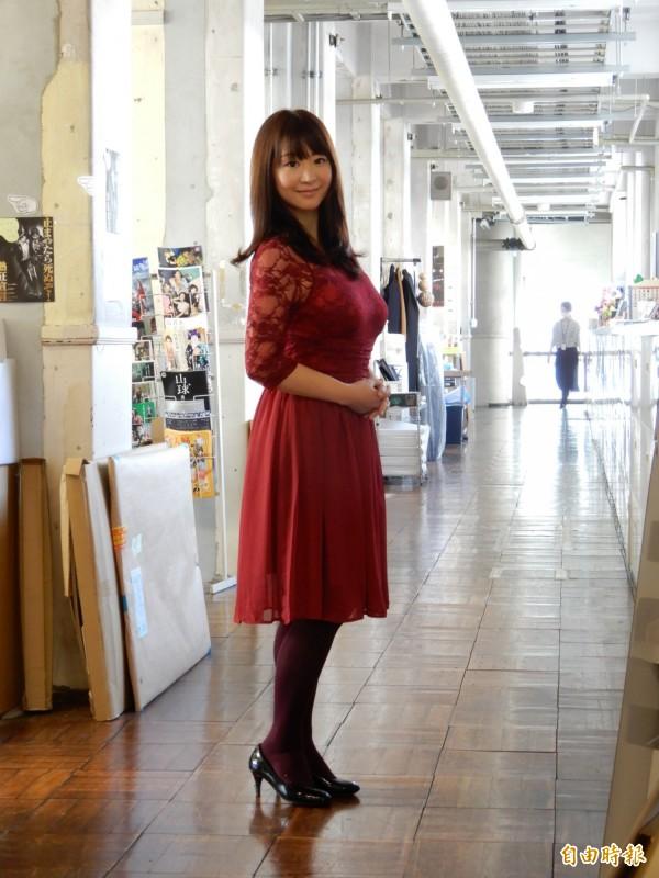 日本寫真女星兼旅遊作家步理惠子站在由小學校舍改裝的事務所長廊上,很像從某部日劇走出來的熱血教師。(記者林翠儀攝)
