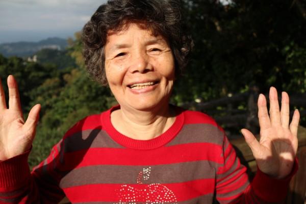 步理惠子的「世界與台灣的笑顏之音」攝影展作品之一,在貓空遇到的70歲婦人。(步理惠子提供)