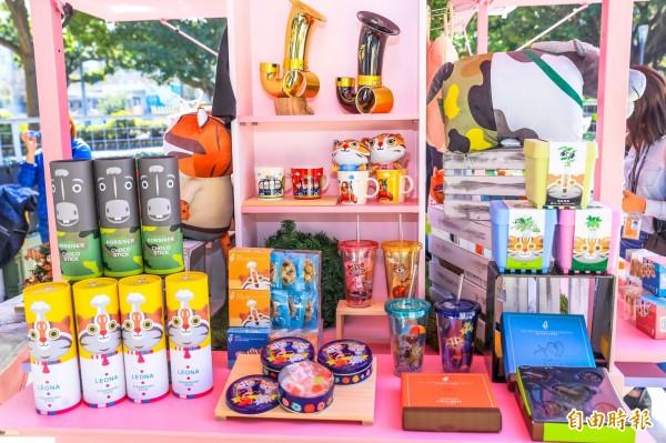 台中花博第二波官方紀念品亮相後,已有上百項商品上市。(記者黃鐘山攝)