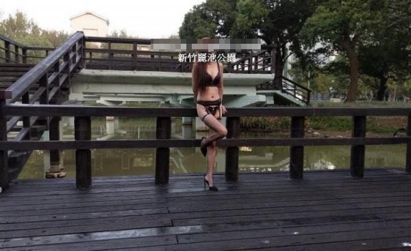 裸拍族搔首弄姿拍照。(記者王駿杰翻攝)