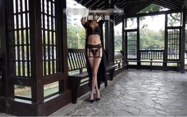 美魔女穿著黑色薄紗、丁字褲、性感高叉網襪在麗池園林與車水馬龍的公園路上裸拍,擺出性感撩人姿勢。(記者王駿杰翻攝)