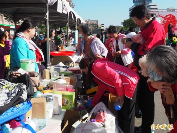 公益園遊會上,不少民眾把握機會撿寶帶回家。(記者王秀亭攝)