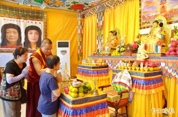 行動佛殿停駐台南仁德,信眾爭相參拜。(記者吳俊鋒攝)