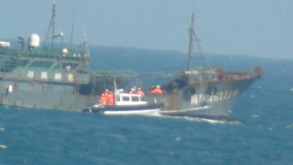 中國漁船拒絕停船受檢,澎湖海巡隊放下小艇搶靠,登船檢查。(澎湖海巡隊提供)