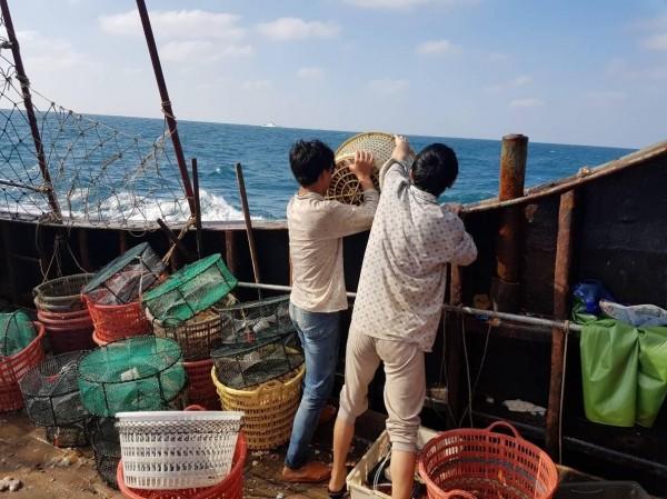 中國漁船漁獲170公斤全數海拋。(澎湖海巡隊提供)