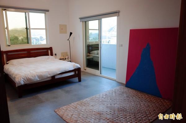 藝術家的房間陳設簡單,窗外也美得像畫。(記者花孟璟攝)