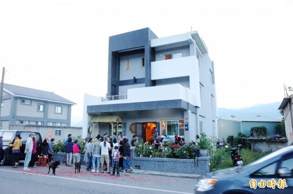 馬太林部落的優席夫「部落皇后藝術咖啡館」開張,賀客盈門。(記者花孟璟攝)