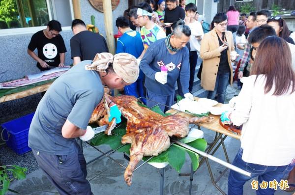 優席夫部落皇后藝術咖啡館開張,端出整隻烤豬招待客人。(記者花孟璟攝)