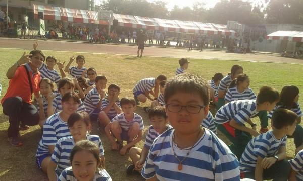 班上同學為尤昱盛(前)圓夢賽跑。(記者楊金城翻攝)