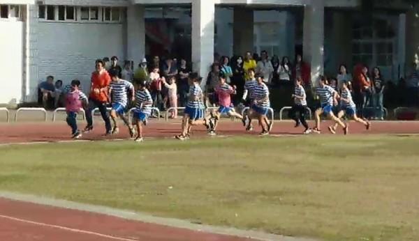全班跑上跑道陪跑。(記者楊金城翻攝)