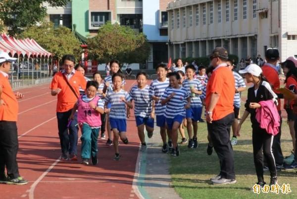 全班陪最後一棒同學尤昱盛(前左2)衝刺終點,全場加油。(記者楊金城攝)