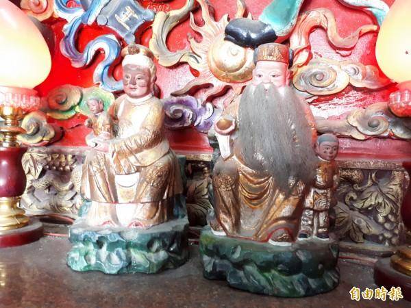 新竹市港北社區內的港福宮內有全台罕見的土地公婆一家四口神像,土地公旁站著小少爺,土地婆則抱著小千金,一家四口和樂融融,因很靈驗,也成地方傳奇。(記者洪美秀攝)