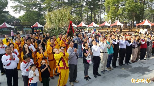 新港鄉各界今天在新港媽祖文化公園,參與迓媽祖、平安來過冬謝天儀式。(記者曾迺強攝)