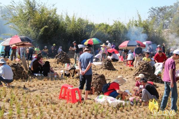新竹縣新埔鎮巨埔社區今天吸引千餘人一起夯「憨吉」,在豔陽下,大家也同時享受被夯「人肉」的樂趣。(記者黃美珠攝)