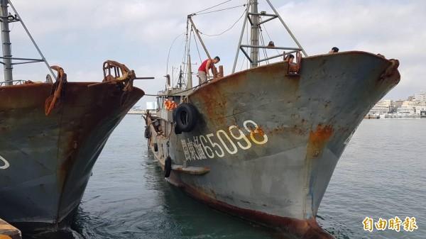 中國漁船覬覦澎湖海域經濟漁場,澎湖海巡隊施鐵腕帶回馬公隊部偵訊。(記者劉禹慶攝)