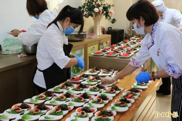 金椿茶油工坊近期積極推出各式茶油相關料理,以餐桌方式讓更多民眾認識茶油的好處。(記者鄭名翔攝)