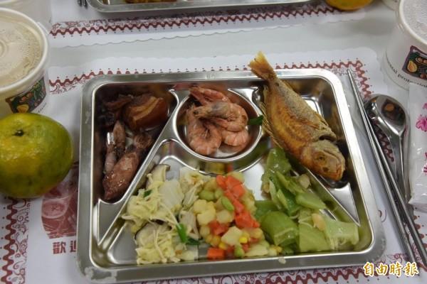 蔡英文總統澎湖基層傾聽民意之旅,晚餐菜色都是澎湖原味。(記者劉禹慶攝)