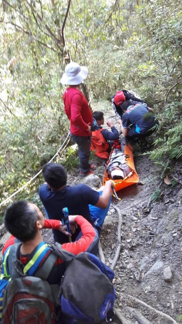 來自雲林縣的陳姓山友登山摔傷,苗栗警消人員花4個多小時將傷友運下山送醫。(記者張勳騰翻攝)