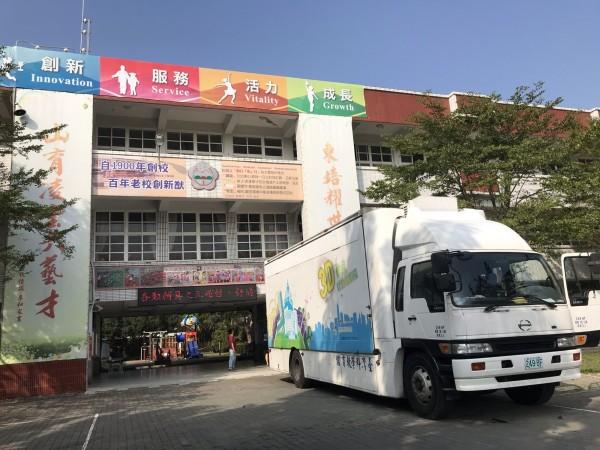 東山區有10多處土石流警戒區,能源教育3D電影行動車今年首度開進偏鄉東山國小,播放《面對台灣的真相》等電影,學童感受環境保護的重要。(圖由東山國小提供)