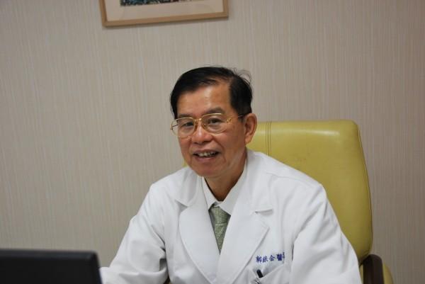 郭綜合醫院婦產科主任李耀泰醫師採用荷爾蒙治療停經後婦人的乾眼症。(記者王俊忠翻攝)