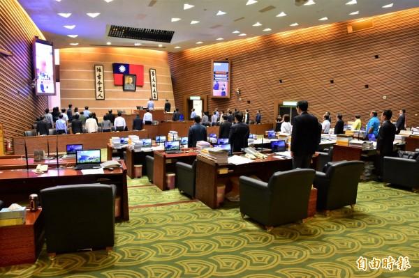 宜蘭縣議會本屆最後一次臨時會今天開議,開議前官員、縣議員列席唱國歌。(記者張議晨攝)