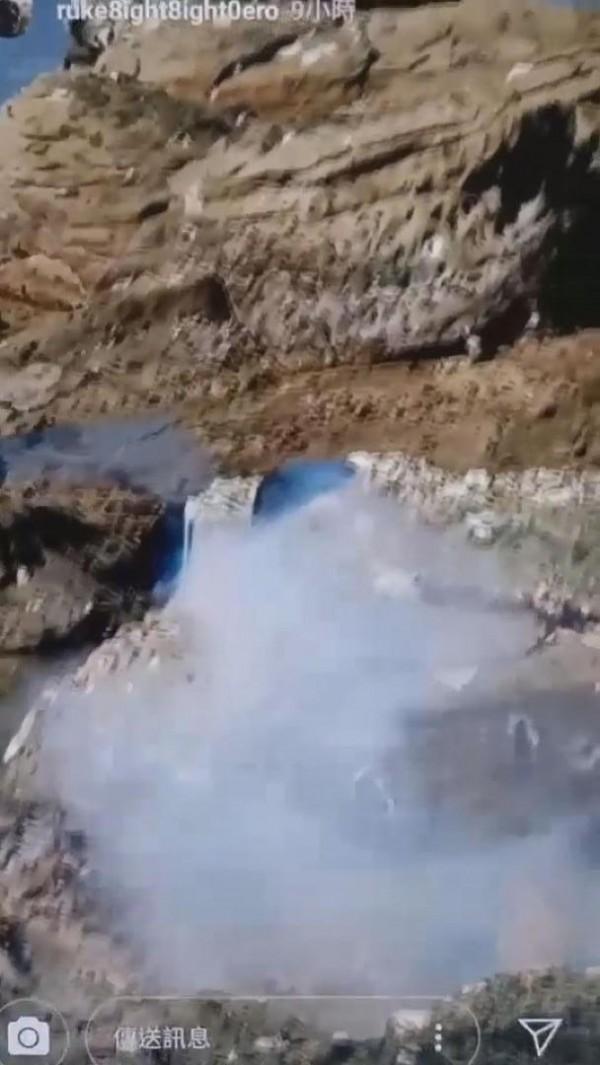 小屁孩用鞭炮炸海參,畫面煙霧瀰漫。(讀者提供)